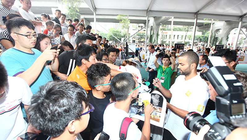 Tony Parker signing autographs for Chinese fans