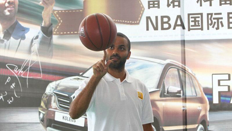 Tony parker joueur de basket de la nba pr sente renault for Interieur sport tony parker
