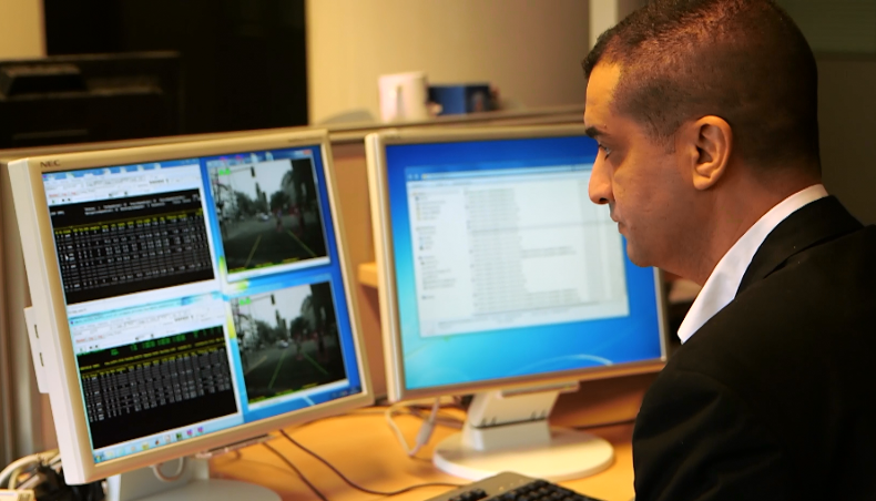 Des millions de km de test supplémentaires sont réalisés grâce à la simulation  numérique. Ici, cet ingénieur reproduit d'une intersection en ville ...
