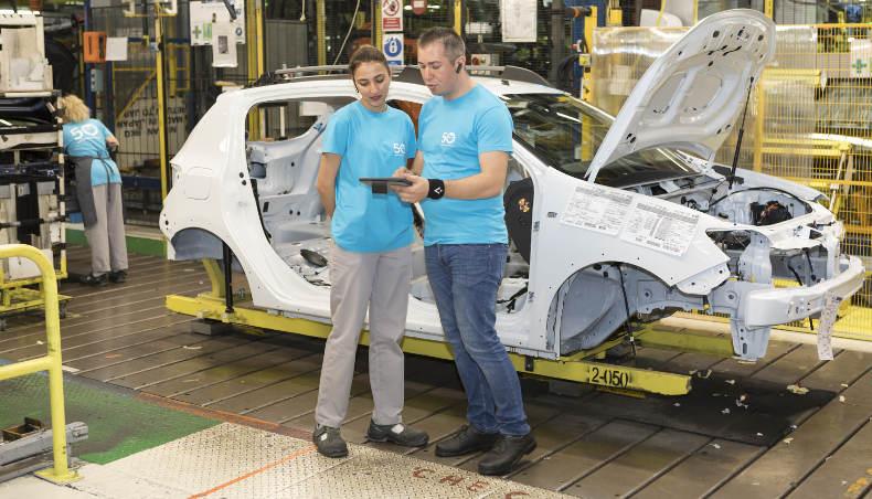 Gabriel Tanasie, chef d'unité élémentaire de travail à l'usine de Pitesti (Roumanie) avec une collaboratrice