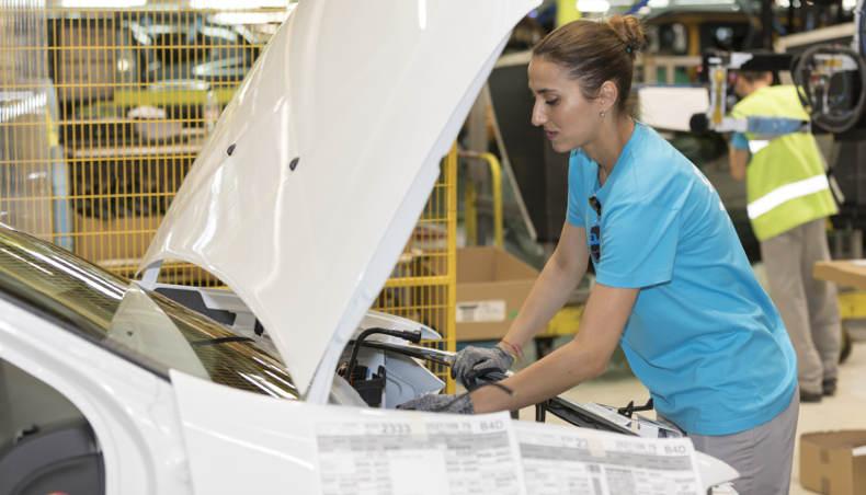 Diana Davidoiu, contrôleur qualité au sein de l'usine de Pitesti (Roumanie) en situation