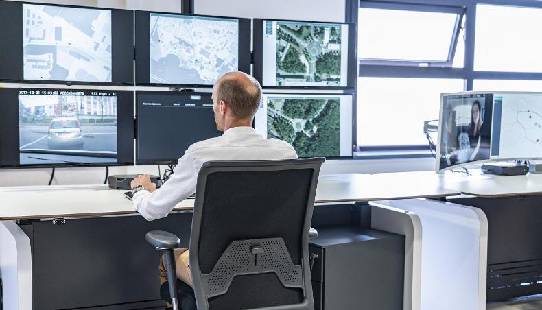 Le poste de contrôle a accès en temps réel à la position des véhicules, aux données des caméras et lidars ainsi qu'aux images prises par le véhicule