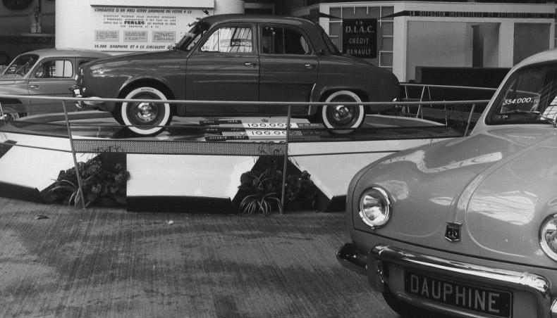 1957 - Stand Renault au Salon de l'Automobile avec la Renault Dauphine