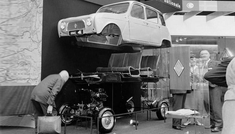 1961 - Stand Renault au Salon de l'Automobile avec la Renault 4L