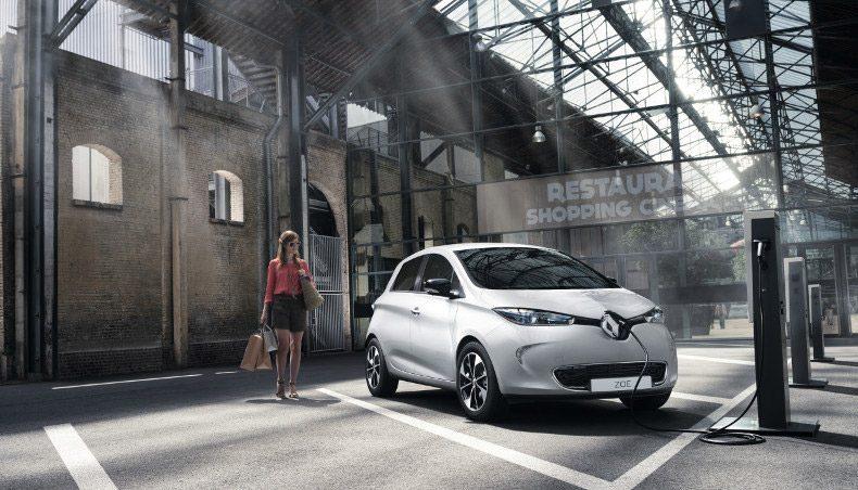 Renault ZOE 2017 en situation statique à une borne de chargement