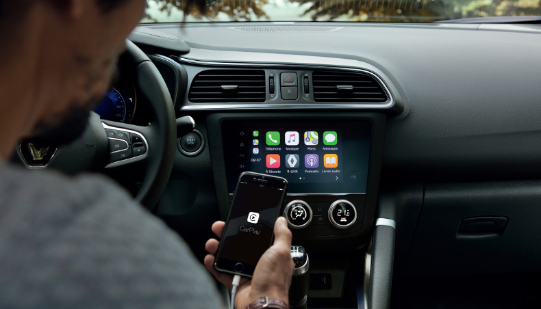 2018 – New Renault KADJAR - view of the passenger - connected smartphone at the Car play Application