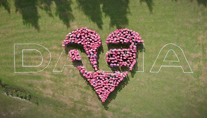 2018 - Animations au Grand Pique Nique Dacia, représentation d'un coeur au centre du logo Dacia vue du ciel