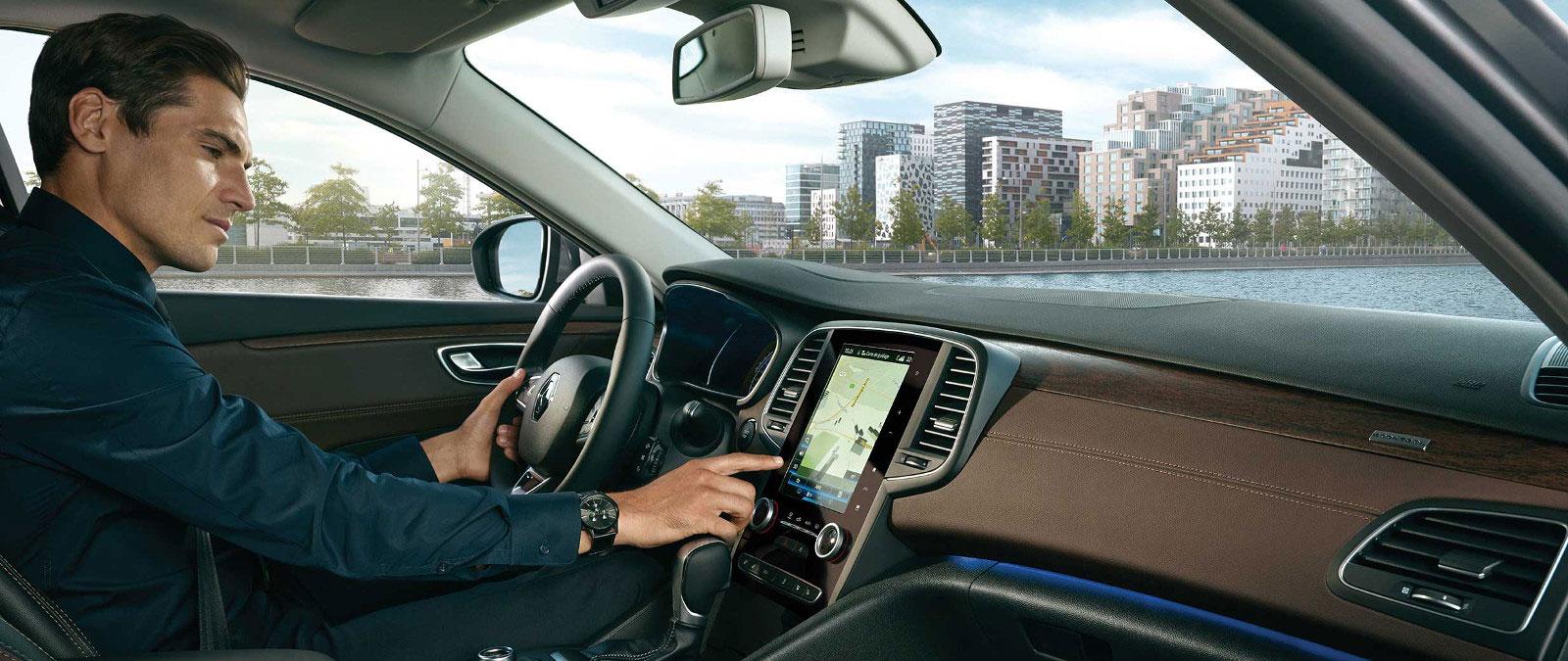 Homme dans véhicule Renault - utilisation du système rlink2