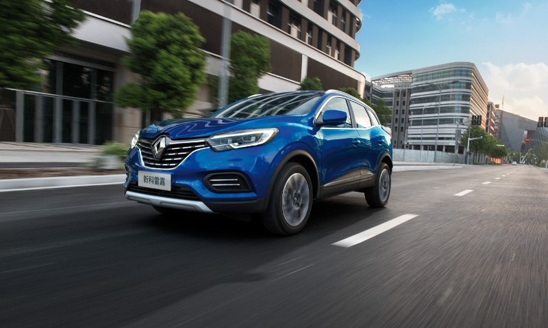 New Kadjar 3/4 front view, in situation in the street