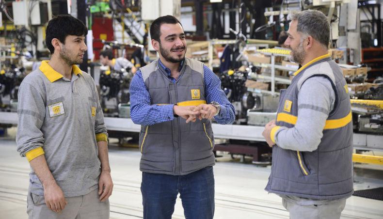 Le Groupe Renault favorise l'inclusion des personnes avec un handicap - trois employés pratiquent la langue des signes