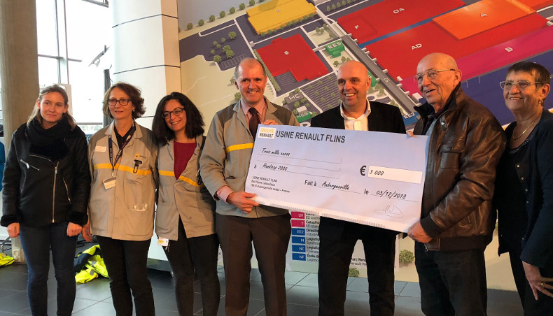 Philippe Croizon's visit was above all an opportunity to accept a check of €3,000 for the Handicap 2000 organization